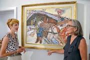 Susanne Perren (links) und Galeristin Michela Grunder-Lazzarini sind von Carigiets Bild «Bauer mit Pferd und Stall» begeistert. (Bild Niels Jost)
