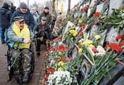 Gedenken an die getöteten Maidan-Aktivisten am Denkmal nahe des Unabhängigkeitsplatzes in Kiew. (Bild: Stepan Franko/EPA (Kiew, 20. Februar 2018))