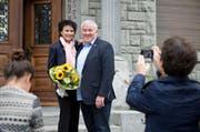 Franco Faé lässt sich mit seiner Ehefrau Monica feiern. (Bild Dominik Wunderli)