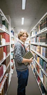 Masterabsolvent Dominik Bucher in der Bibliothek der Universität Luzern. (Bild: Roger Grütter (Luzern, 29. September 2017))