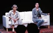 Ein Sofa ist alles, was es für das Stück «Abgesang» braucht. Agnes Lampkin (links) und Newa Grawit inszenieren Momentaufnahmen aus ihrem Leben. (Bild: Werner Schelbert (Zug, 12. Mai 2017))