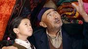 Der Grossvater (Tabyldy Aktanov) tröstet Umsunai (Shibek Baktybekowa) mit alten Legenden. (Bild: PD)