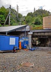 Seit Montag stehen am Fuss des alten Bahntrassees die Container der Baufirma. (Bild: Nadia Schärli)
