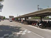 Beim Bahnhof Sursee wurden die bisherigen Veloabstellplätze (Bild) erneuert und erweitert. (Bild: Google Maps)