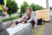 Laura Müller, Bekleidungsgestalterin aus Sarnen, verpackt und beschriftet ihr Material für den Transport nach Brasilien. (Bild: pd)