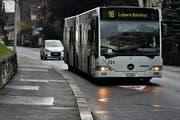 Die Stadt will an der Spitalstrasse eine Busspur einrichten. Im Bild: ein Bus im unteren Bereich der Spitalstrasse, Nähe St.-Karli-Schulhaus. (Bild: Nadia Schärli / Neue LZ)