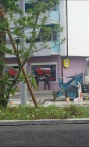 Bewaffnete Polizisten im Einsatz in Büron. (Bild: Hörerbild: Radio Pilatus)