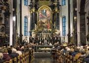 Jodlerin Nadja Räss (links), die Luzerner Sängerknaben und das Orchester Santa Maria in der Pfarrkirche Sachseln. (Bild: Roger Grütter)