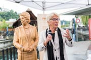 Carla Del Ponte enthüllt ihre Holzstatue vor – wer hätte es gedacht – einer Brücke: der Spreuerbrücke. (Bild: Roger Grütter (Luzern, 31. August 2017))