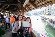 Asiatische Touristen machen ein Selfie auf der Kapellbrücke. (Bild Roger Grütter)