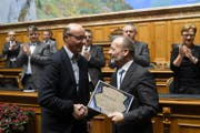 Dominique de Buman (rechts) verabschiedet Louis Schelbert im Parlament. (Bild: Anthony Anex / Keystone (Bern, 8. März 2018))
