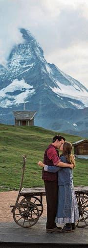 Jakob und Maria küssen sich mit dem Matterhorn im Hintergrund. (Bild: Keystone (6. Juli 2017))