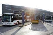 Die Buslinie 73 nach Udligenswil (Mitte) beim Bahnhof Luzern ist laut Gemeinderat mehr eine Stadt- als eine Überlandverbindung. (Bild: Neue LZ / Archiv)