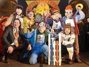 «Goldig Grend»-Gewinner ist die Gruppe Schlittelrennen, hier mit Bernhard Matter, Präsident der Maskenliebhaber-Gesellschaft (MLG). (Bild: Claudia Surek)