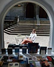 Susanne Giger vor ihrer neuen Buchhandlung an der St.-Oswalds-Gasse. (Bild: Stefan Kaiser (Zug, 27. Juni 2017))