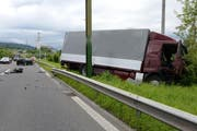 Der Lastwagen kam neben der Fahrbahn der A14 zum Stehen. (Bild: Luzerner Polizei)
