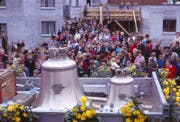 Im Oktober 1967 wurden die Glocken für die neue Kirche St. Michael geweiht. Schulkinder zogen sie anschliessend in den Kirchturm auf. (Bild: PD)