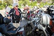 Elsa Haas-Lörtscher (100) aus Engelberg ist bereit für die Ausfahrt mit dem Harley-Davidson-Club Luzern. (Bild Philipp Schmidli)
