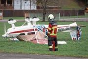 ...überstellte ein Leichtflugzeug in Buochs (Bild: Urs Flüeler / Keystone (Stans, 3. Januar 2018))