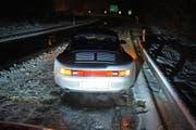 Dieser Porschefahrer war noch mit den Sommerreifen unterwegs und blieb deshalb auf der Autobahn stecken. (Bild: Zuger Polizei)