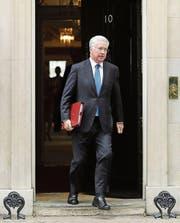 Michael Fallon, hier beim Verlassen des britischen Regierungssitzes, ist nach Vorwürfen der sexuellen Belästigung als Verteidigungsminister zurückgetreten. (Bild: Getty/Dan Kitwood (London, 24. Oktober 2017))