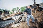 Betriebsleiter Christian Amhof vor der abgebrannten Lagerhalle der Firma Lang Holz Sägewerk AG. (Bild Roger Grütter)