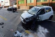 Eine Autofahrerin geriet auf der Luzernerstrasse zwischen Luzern und Ebikon aus noch ungeklärten Gründen auf die Gegenspur und kollidierte dort mit einem entgegenkommenden Auto. (Bild: PD)