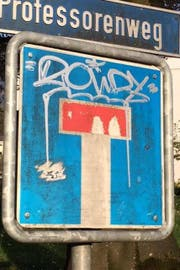 Eine verschmierte Tafel in Sarnen. (Bild: Kantonspolizei Obwalden)