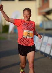 Promiläufer Adrian Lehmann beim Zieleinlauf (Bild: PD)