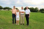 Sie haben den Umweltpreis für ihren Familienbetrieb erhalten: Susanne und Hanspeter Hunkeler (2. v. rechts), hier umrahmt von Stiftungsratspräsident Peter Kasper (rechts) und Igo Schaller (links), Konsultativrat der Albert Koechlin Stiftung. (Bild: pd)