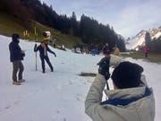 Statt auf den Titlis in den Kunstschnee: Touristen vergnügen sich oberhalb der Titlis-Talstation in Engelberg. (Bild: René Meier)