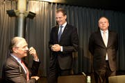 Sie freuen sich über die Einigung (von links): Hubert Achermann, Präsident der Stiftung Salle Modulable, der Luzerner Regierungsrat Reto Wyss und Ernst F. Schmid, Vertreter der Butterfield Trust Bermuda Ltd. (Bild: Keystone)