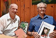 Ausgezeichnet: Verein Giigäbank. Auf dem Bild wird Robert Suter (links) aus dem Giigäbank-Vorstand verabschiedet. Willy Suter freut sich über das gelungene Notenheft mit 22 Eigenkompositionen. (Bild Guido Bürgler)