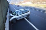 Das Auto kam am Ende quer zur Fahrbahn zum Stillstand. (Bild: Kantonspolizei Nidwalden)