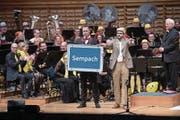 Schwingerkönig Matthias Sempach trat an der Guugger-Gala auf. Rechts neben ihm Komiker Herr Igi. (Bild: Boris Bürgisser (Luzern, 13. Januar 2018))