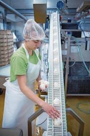 Einblick in die Produktion von Mozzarella in der Bergkäserei Marbach. (Bild: Pius Amrein (Marbach, 3. August 2017))
