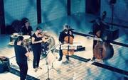 Die fünf Musiker von Klangcombi bei einem Auftritt im Pool des Neubads in Luzern. (Bild: Erica Nesa)
