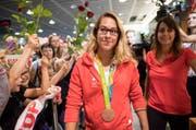 Zahlreiche Fans empfingen gestern Giulia Steingruber mit ihrer Bronzemedaille am Flughafen Zürich-Kloten. (Bild: Keystone/Ennio Leanza)