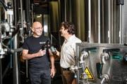 David Schurtenberger, Geschäftsführer der Brauerei Luzern (links), und Marcel Egli, Professor bei der Hochschule Luzern, mit einem Prototyp des Space Bier in den Räumen der Brauerei. Bild: Manuela Jans-Koch (Luzern, 13. Oktober 2016)