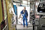Rudolf Schweizer (52), der für die parteilosen Schweizer antritt, in seiner Werkstatt in Obernau. Er zeigt uns seinen Holzschlitten, den er als Kind brauchte, um Strassen hinunterzurasen. (Bild: Nadia Schärli / Neue LZ)