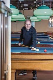 Jean-François Barbey, Präsident des Billard Club Luzern, in seinem Clublokal. Dieses befindet sich im Restaurant Schützenhaus auf der Luzerner Allmend. (Bild: Nadia Schärli (14. Februar 2018))