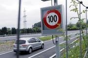 Zu viele Autos: Das Signal hat die Höchstgeschwindigkeit automatisch begrenzt. (Bild: Werner Schelbert / Neue ZZ)