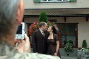 Ein Ehepaar vor dem Zivilstandsamt Schwyz. (Bild Andrea Schelbert/Neue SZ)