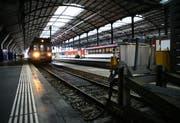 Ethernitplatten von der Decke im Bahnhof Luzern fielen auf das Perron. (Archivbild Chris Iseli/Neue LZ)