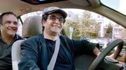 Filmregisseur und freundlicher Taxifahrer: Jafar Panahi mit einem Fahrgast. (Bild: PD/Filmcoopi)