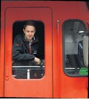 Sven Arnold blickt am Zürcher Hauptbahnhof aus dem Führerstand einer SZU-Lokomotive. (Bild Raphael Biermayr)