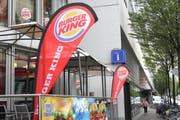 Noch hat es Sitzplätze vor dem Burger King. (Bild: Sara Häusermann)