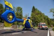 Der Verunfallte wird per Helikopter weggeflogen. (Bild: Freiwillige Feuerwehr Zug FFZ)