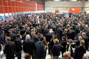 Miliz-Offiziere sowie militärische und zivile Kader beim Informationsrapport am Mittwoch in Emmen. (Bild: Keystone)