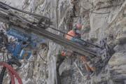 Staubige Angelegenheit: Ein Arbeiter überwacht die Bohrung am Felsen. (Bild: Pius Amrein (Wolhusen, 1. März 2018))